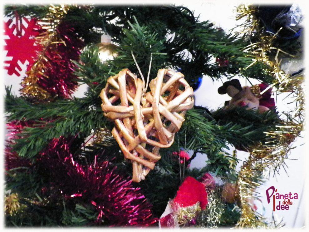 Decorare l 39 albero di natale con un cuore di carta - Idee per decorare un albero di natale ...