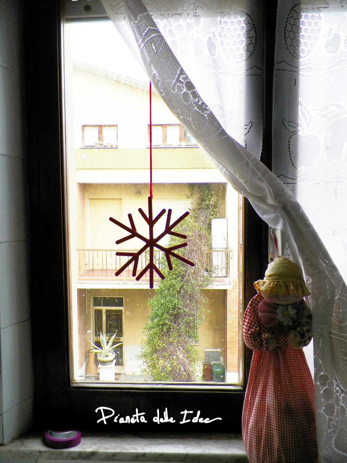Riciclo creativo fiocco di neve con i bastoncini del - Decorare le finestre per natale ...
