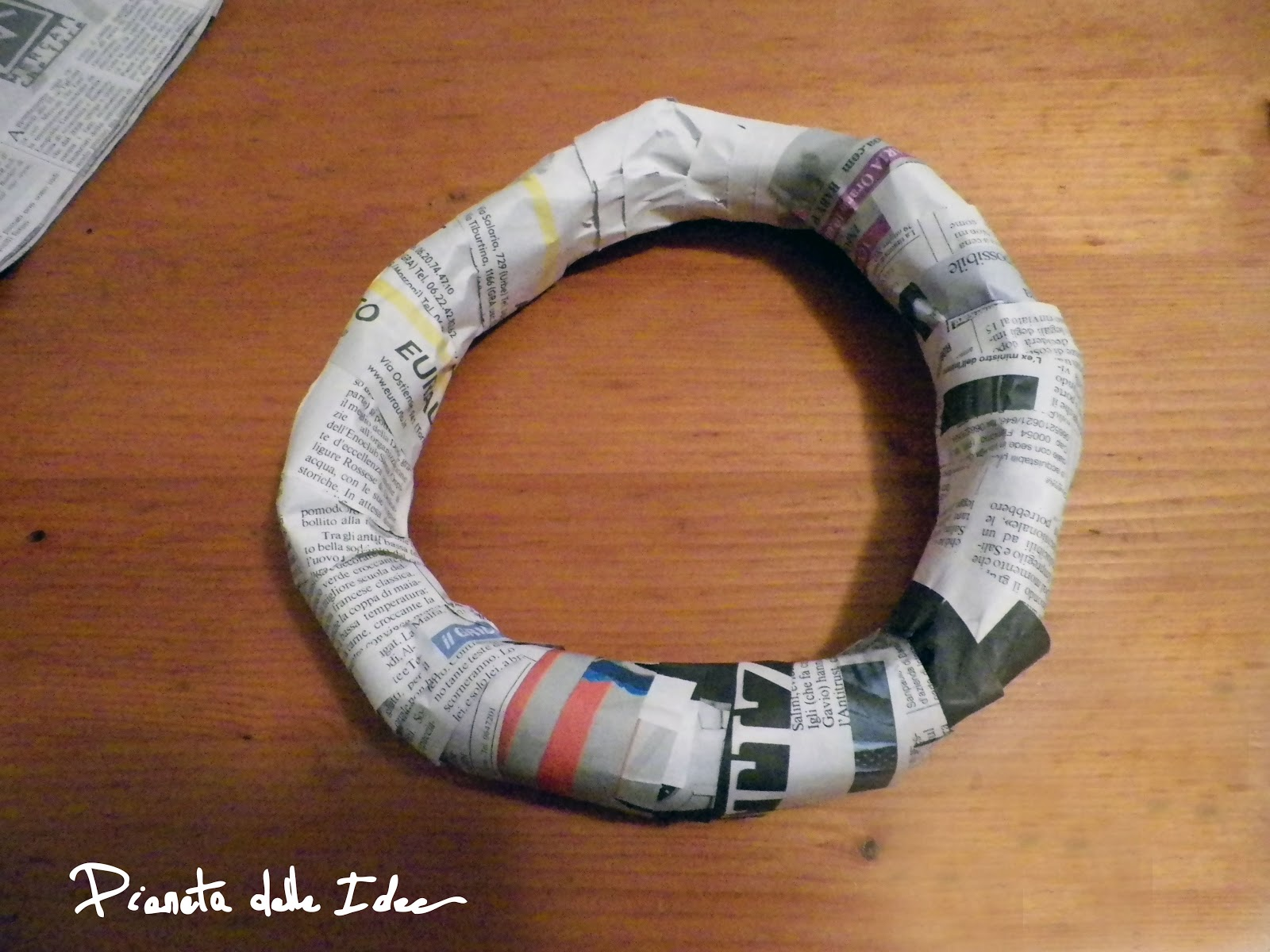 Ghirlanda di carta fai da te pianeta delle idee - Ghirlanda natalizia per porta fai da te ...