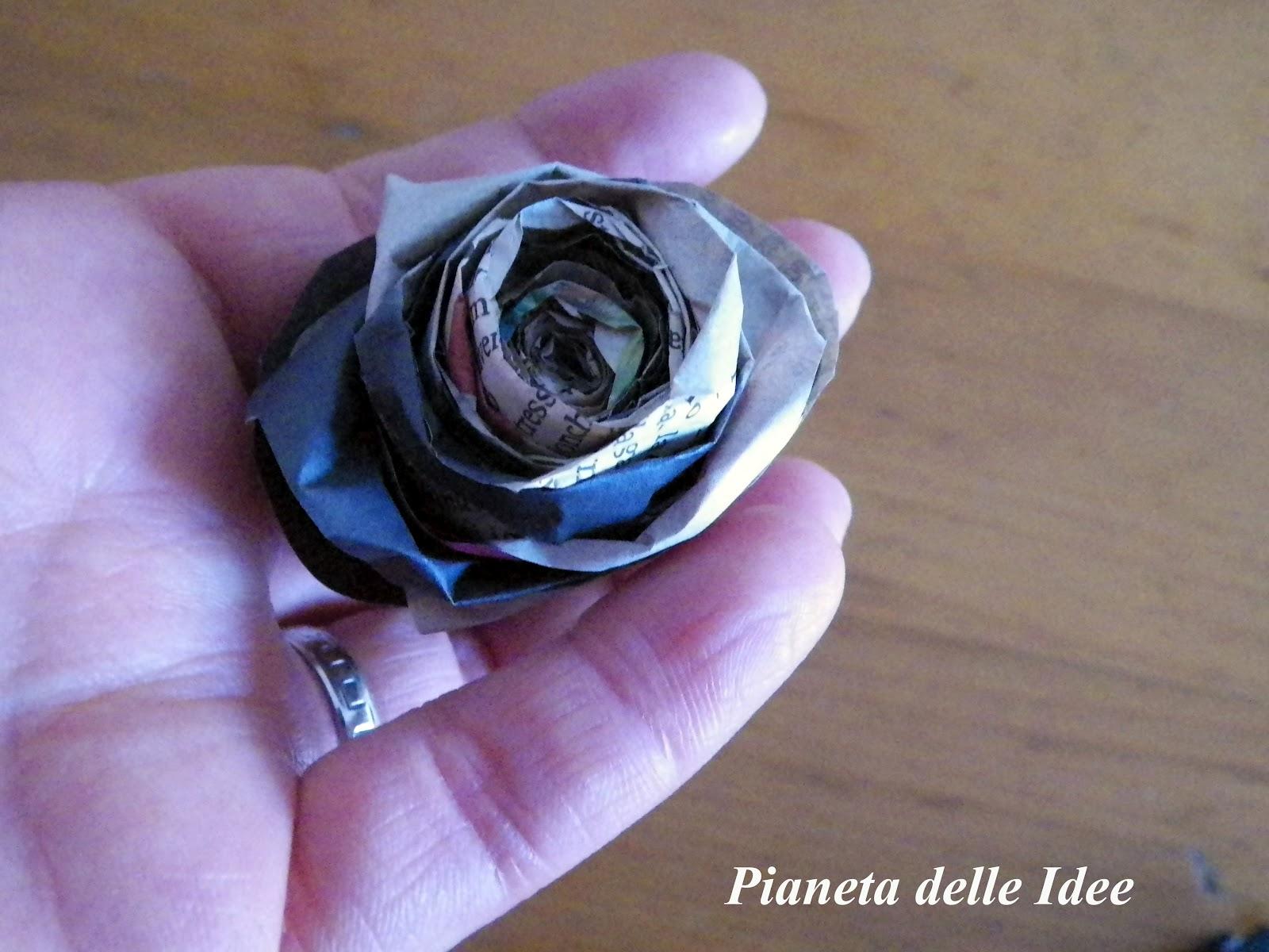 Come fare una rosa con la carta di giornale pianeta - Si possono portare passeggeri con il foglio rosa ...